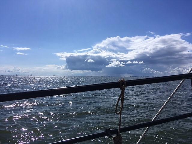 Mooie lucht midden op het water
